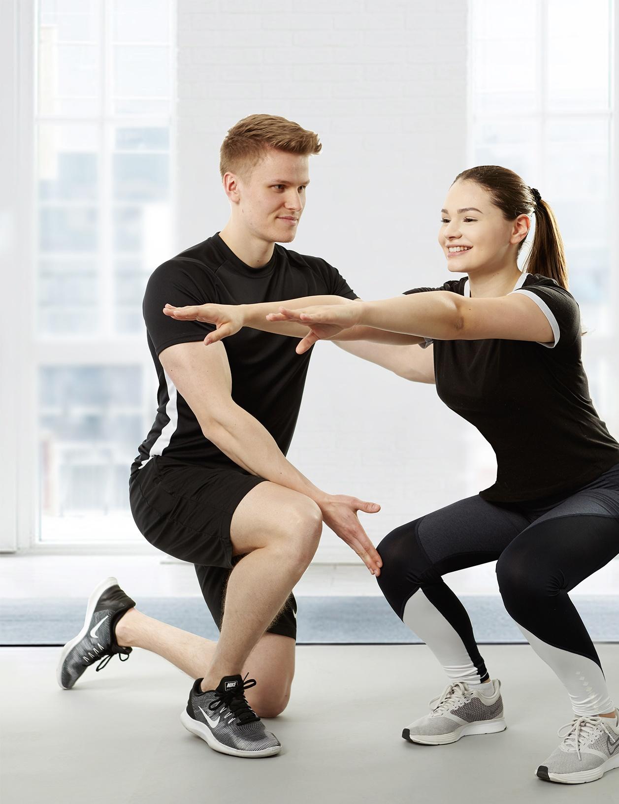 Personal Trainer während einer Übungseinweisung